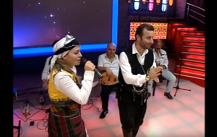 «Είμαι ας σα Σούρμενα» τραγουδάει ο Αντέμ Εκίζ Μπεσκιοϊλού σε τουρκική τηλεόραση