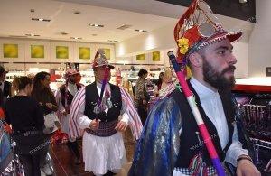 Άφησαν εποχή οι Μωμόγεροι στο Περιστέρι ― Συγκίνηση ο χορός τους κάτω από το σπίτι της 80χρονης Αλεξάνδρας Απλακίδου (φωτο)