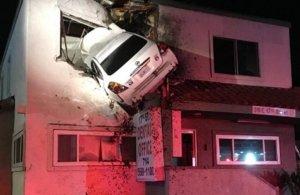 Αυτοκίνητο καρφώθηκε στον πρώτο όροφο κτιρίου