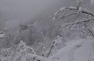 Ο χιονισμένος Μοναχός ποταμός στα Σούρμενα του Πόντου (βίντεο)