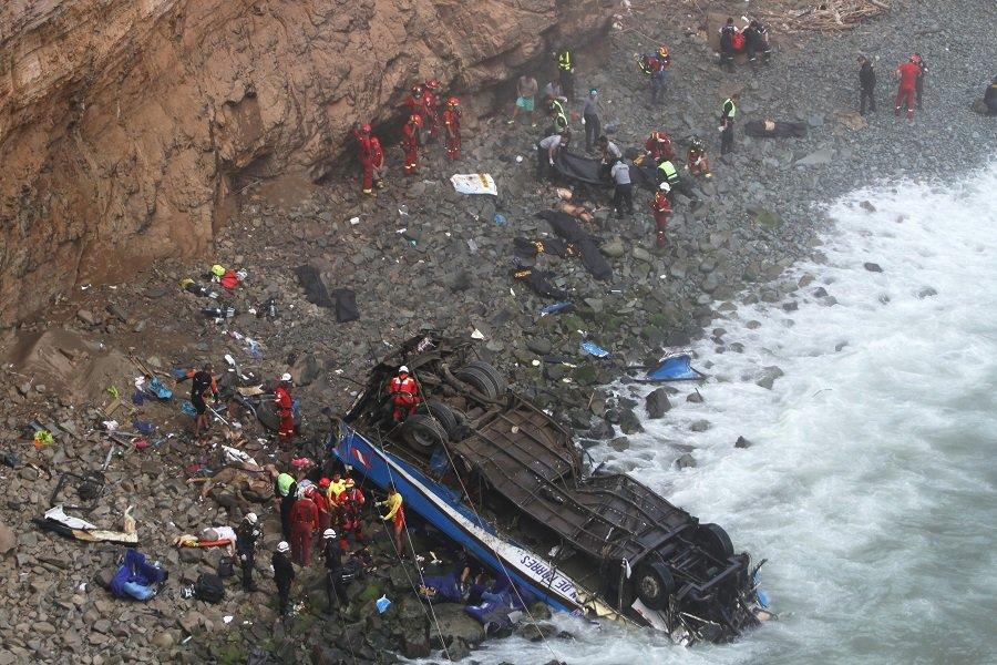 Περού: Τουλάχιστον 48 νεκροί εξαιτίας της πτώσης λεωφορείου σε χαράδρα μετά τη σύγκρουσή του με φορτηγό (νέος απολογισμός)