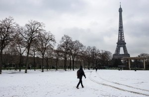 Σε πορτοκαλί συναγερμό έθεσαν οι αρχές σχεδόν τη μισή Γαλλία λόγω των χιονοπτώσεων και του τσουχτερού κρύου