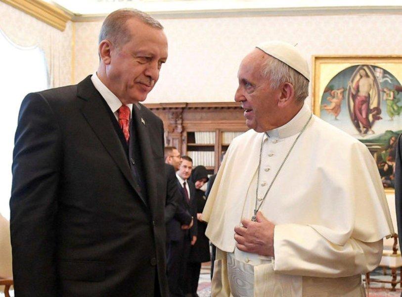 Το μετάλλιο του «Άγγελου της Ειρήνης» απένειμε στον Ερντογάν ο Πάπας Φραγκίσκος.