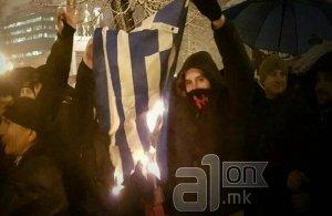 Εθνικιστές στα Σκόπια έκαψαν ελληνικές σημαίες
