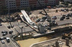 Κατάρρευση πεζογέφυρας με νεκρούς στο Μαϊάμι (βίντεο)