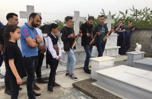 'Σ σα ταφία για τρίτη χρονιά η Εύξεινος Λέσχη Χαρίεσσας — Έπαιξαν λύρα στους νεκρούς τους (φωτο)