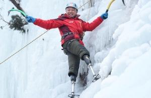 Νεπάλ: Ένας 70χρονος Κινέζος με ακρωτηριασμένα και τα δύο του πόδια σκαρφαλώνει στην υψηλότερη κορυφή του κόσμου