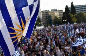 Το συλλαλητήριο για τη Μακεδονία στην Αθήνα, τα δακρυγόνα, η «απάντηση» του κόσμου και ο «ύποπτος» άνδρας με το Κοράνι (φωτο)