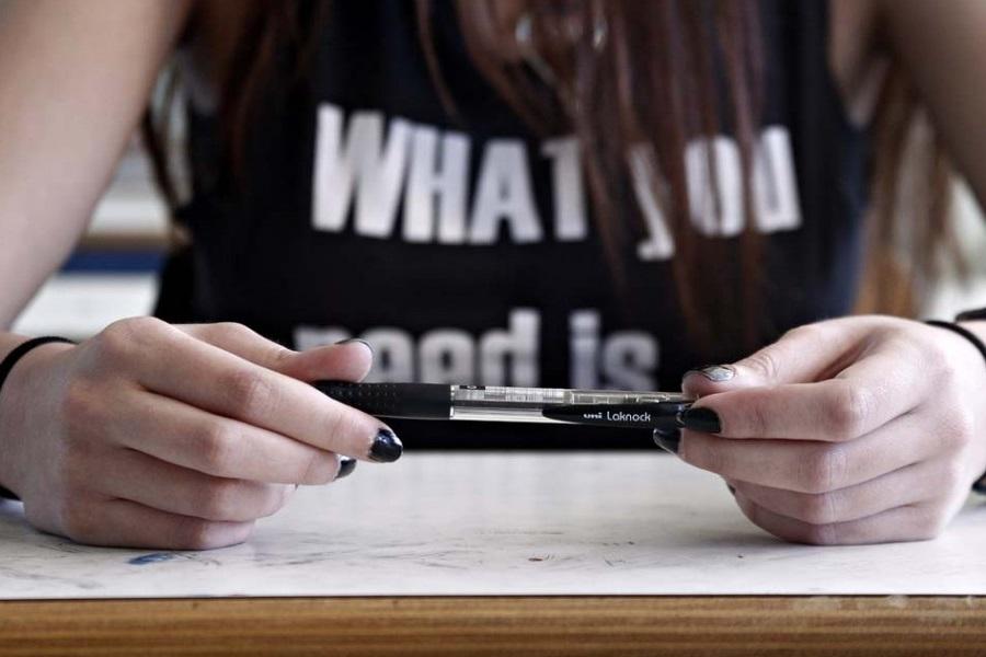 Επιασαν μαθήτρια με «κοριό» στις Πανελλαδικές — Μηδενίστηκε αμέσως