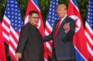 Η ιστορική συνάντηση του Τραμπ με τον Κιμ Γιονγκ ουν στην Σιγκαπούρη —Εν αναμονή της ανακοίνωσης της συμφωνίας που υπεγράφη