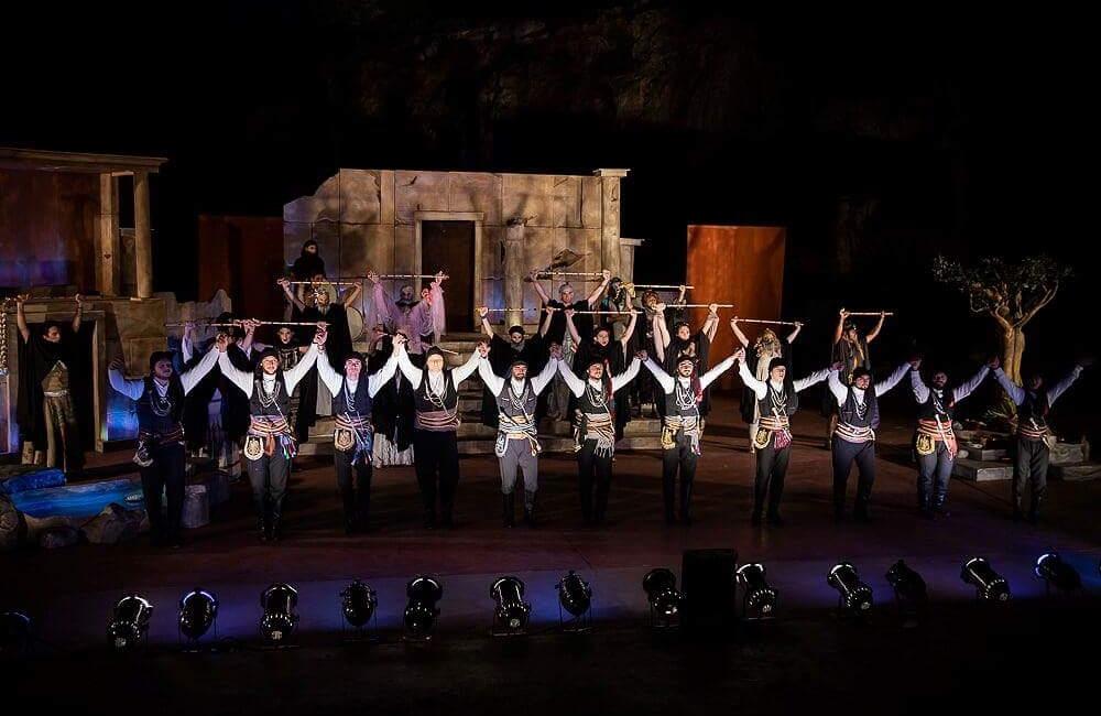 Οι πυρριχιστές του «Φάρου» Αγίας Βαρβάρας στις «Εκκλησιάζουσες» του Αριστοφάνη