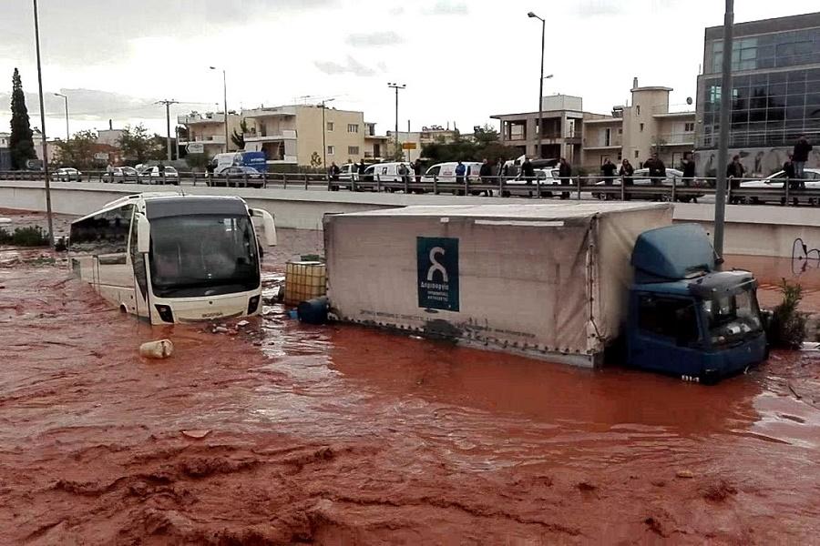 Πόρισμα-σοκ για το έγκλημα στη Μάνδρα: Έχτισαν 39 αυθαίρετα, αμαξοστάσιο και γήπεδο μέσα στο ρέμα!