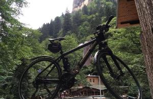 Ο ποδηλάτης Βασίλης Καρυοφυλλίδης έφτασε στη Σουμελά της Τραπεζούντας — Για ποιους άναψε κεριά — Οι συγκλονιστικές στιγμές που έζησε στο Χίντζιρι της Κερασούντας (φωτο)