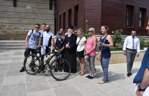 Με τις ευλογίες του Οικουμενικού Πατριάρχη Κωνσταντινουπόλεως Βαρθολομαίου συνεχίζει ο ποδηλάτης Βασίλης Καρυοφυλλίδης για τη μονή Σουμελά στην Τραπεζούντα (φωτο)