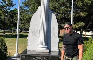 Ο Χρήστος Χολίδης στο μνημείο της γενοκτονίας των Ελλήνων του Πόντου στο Τορόντο