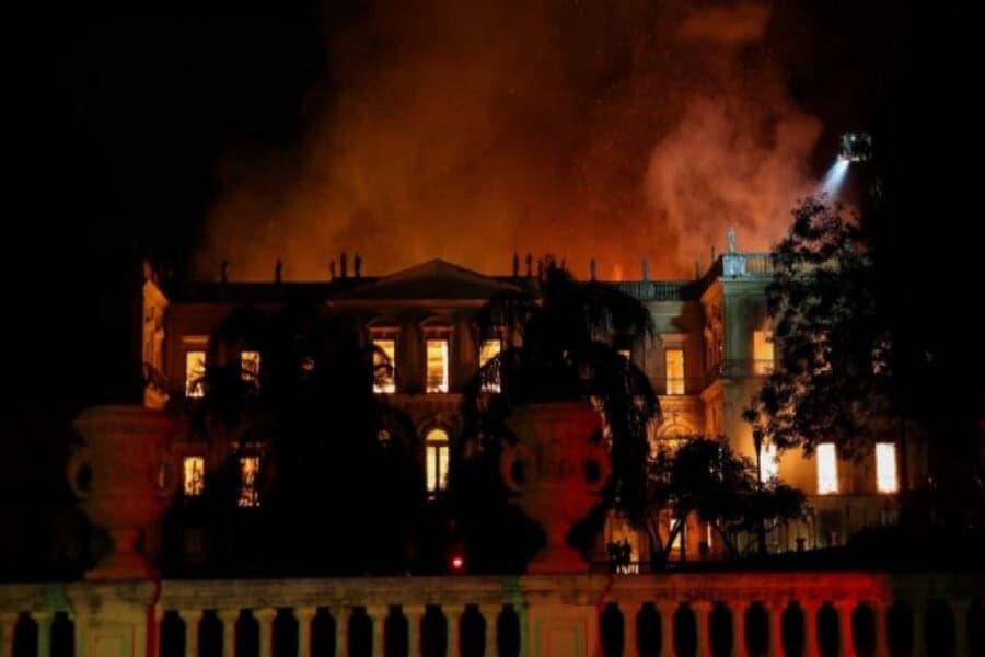 Τεράστια απώλεια για τη Βραζιλία: Πυρκαγιά κατέστρεψε το Εθνικό Μουσείο στο Ρίο ντε Τζανέιρο