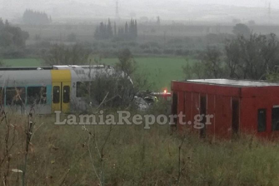 Σύγκρουση τρένου με αυτοκίνητο στη Φθιώτιδα – Πληροφορίες για εγκλωβισμένους επιβάτες
