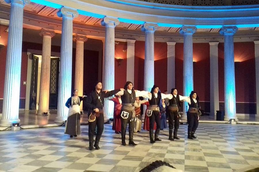 Οι «Διόσκουροι» Μάνδρας χόρεψαν για την επιστροφή των γλυπτών του Παρθενώνα (φωτο)