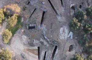 Βρέθηκε ασύλητος μυκηναϊκός τάφος στη Νεμέα με κοσμήματα, αγγεία και χάλκινα ξίφη