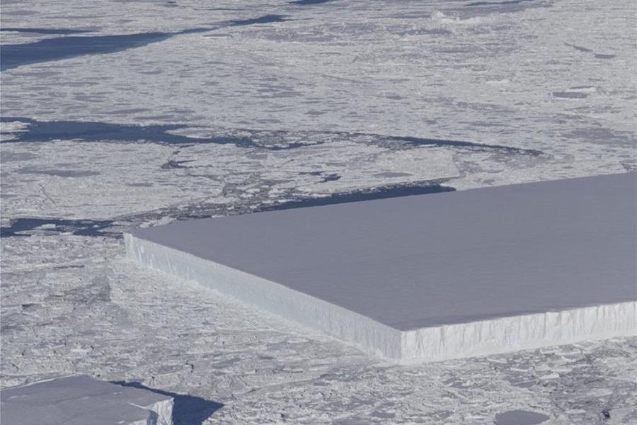 Παγόβουνο με τέλειο ορθογώνιο σχήμα, σαν γιγάντιο «παγάκι», φωτογράφισε η NASA!