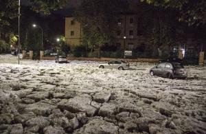 Ισχυρή χαλαζόπτωση έπληξε τη Ρώμη — Έκλεισαν δρόμοι από το χαλάζι (βίντεο)