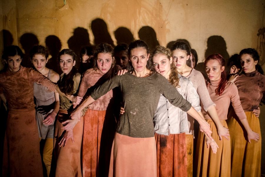 Η παράσταση «Γενοκτονία» του Παύλου Κουρτίδη, έρχεται ως ένα σφυροκόπημα μέσα σε χώμα χαμένων πατρίδων (βίντεο)