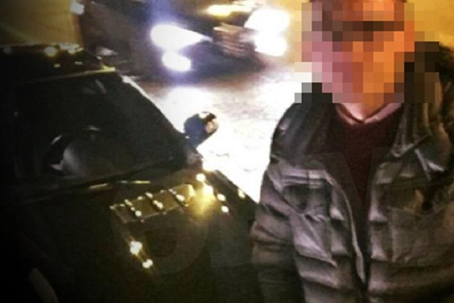 Αλβανός με cabrio, χειροπέδες, ασύρματο και όπλο έκανε τον αστυνομικό του Τσίπρα
