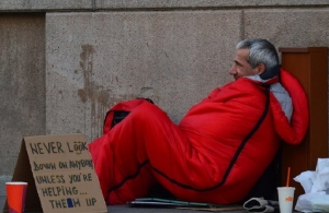 Απολύθηκε ο Βρετανός αστυνομικός που άφησε Έλληνα άστεγο να πεθάνει από το κρύο έξω από το τμήμα, ενώ έβλεπε DVD!