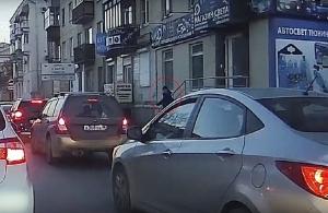 Αυτοκίνητο σαρώνει πεζούς στη Ρωσία — Προσοχή ΣΚΛΗΡΕΣ ΕΙΚΟΝΕΣ (βίντεο)