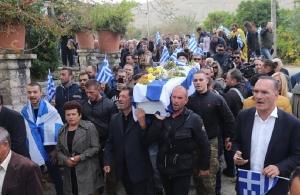 Κηδεία Κατσίφα: Πλημμύρισαν με ελληνικές σημαίες οι Βουλιαράτες (φωτο, βίντεο)