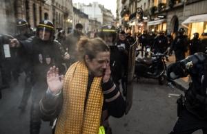 «Μάτωσαν» τα «κίτρινα γιλέκα» στη Γαλλία: Μία διαδηλώτρια νεκρή, 106 τραυματίες