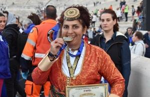 «36ος Αυθεντικός Μαραθώνιος Αθηνών»: Η καρκινοπαθής αθλήτρια που μπήκε στο Καλλιμάρμαρο με την ποντιακή φορεσιά και αποθεώθηκε από τον κόσμο (φωτο, βίντεο)