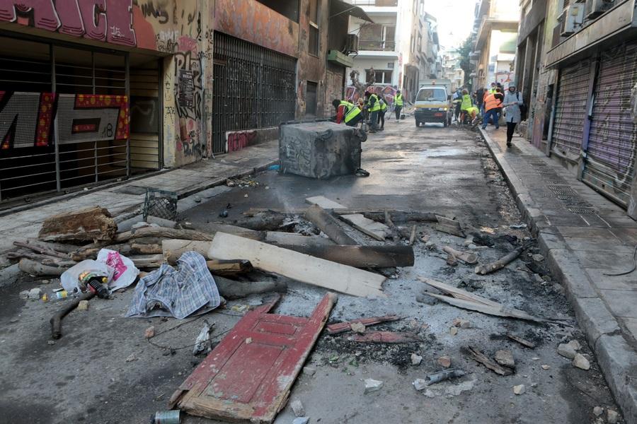 «Γης μαδιάμ» τα Εξάρχεια: Καψαλισμένα μπαλκόνια, καμένα αυτοκίνητα και χάος (φωτο)