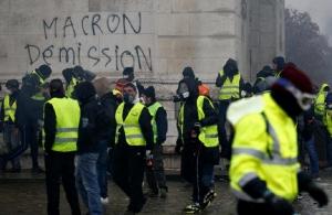 Νίκησαν τα «κίτρινα γιλέκα» — Ο Μακρόν παίρνει πίσω τις αυξήσεις στα καύσιμα