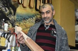Ο Γιώργος Καραγιαννίδης ξεκίνησε να φτιάχνει την ποντιακή λύρα για τον τυχερό των γενεθλίων του ΤΡΑΠΕΖΟΥΝΤΑ.gr — Δείτε με απλά βήματα πως μπορεί κάποιος να την κερδίσει (φωτο, βίντεο)