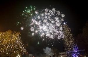 Τρίκαλα: Φωταγωγήθηκε το ψηλότερο φυσικό χριστουγεννιάτικο δέντρο στην Ελλάδα (φωτο, βίντεο)