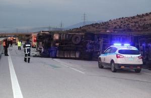 Αυτοκίνητο σφηνώθηκε κάτω από νταλίκα στην Αθηνών–Λαμίας — Νεκρός ο οδηγός