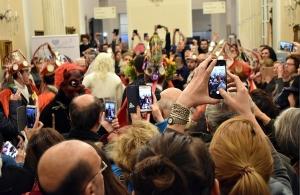 Αθήνα: Ποδαρικό στο Μουσείο «Μπενάκη» για το νέο έτος έκαναν οι Μωμόγεροι του Τετραλόφου Κοζάνης — «Έσωσε» το Μουσείο από συνωστισμό η Μέρκελ (φωτο)