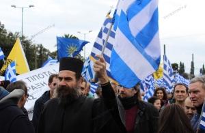 Χίος: Παπάς πέταξε κέρματα σε βουλευτή του ΣΥΡΙΖΑ — «Αυτά είναι τα 30 αργύρια για τη Μακεδονία»