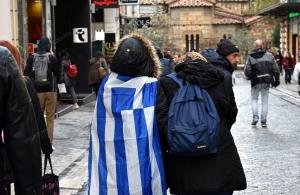 Σείστηκε η Ερμού από την οργή και το «γιατί» μιας Θεσσαλονικιάς — Αυτή έδινε αγώνα έξω από τη Βουλή για τη Μακεδονία και οι πρωτευουσιάνοι ψώνιζαν στα μαγαζιά (βίντεο)