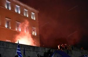 Με περιορισμένα επεισόδια έγινε χθες η συγκέντρωση μπροστά από τη Βουλή για τη Συμφωνία των Πρεσπών (φωτο)