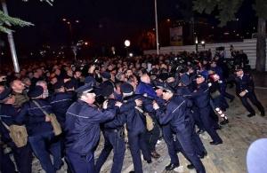 Νέα επεισόδια στην Αλβανία: Φωτιές, πέτρες και χημικά έξω από το κοινοβούλιο