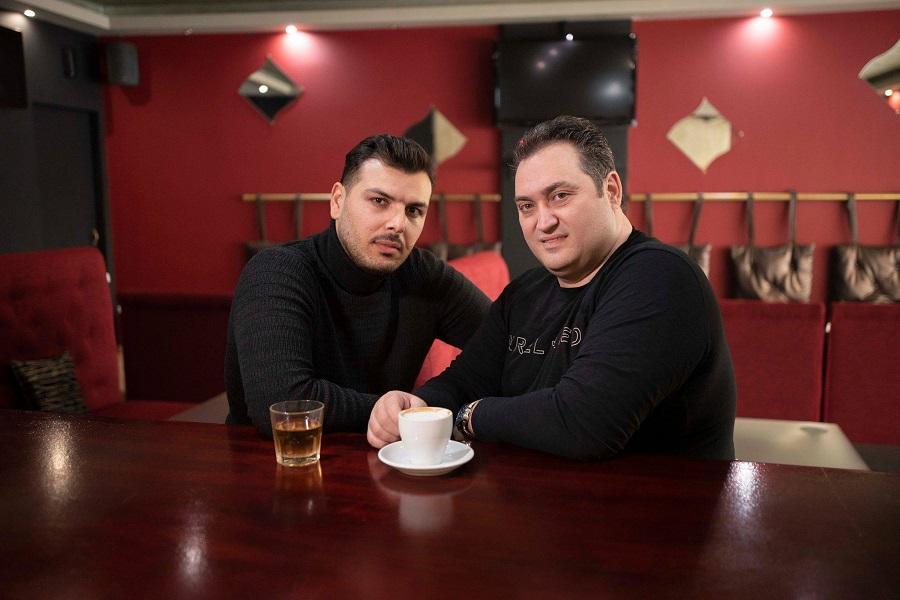 ΑΠΟΚΛΕΙΣΤΙΚΑ στο ΤΡΑΠΕΖΟΥΝΤΑ.gr: Για την ξενιτιά τραγουδάει ο Σ. Συμεωνίδης — Στο τραγούδι συμμετέχει και ο Δημήτρης Καρασαββίδης