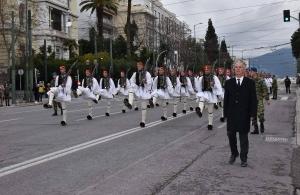 Συγκίνηση στην παρέλαση της Προεδρικής Φρουράς: Ο πατέρας του άτυχου Σπύρου παρήλασε δίπλα στους Εύζωνες (βίντεο)