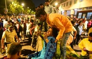 Πέντε νεκροί και 36 τραυματίες από την κατάρρευση πεζογέφυρας στην Ινδία