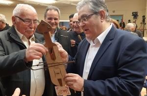 Ρολόι σε σχήμα ποντιακής λύρας δώρισε ο «Προμηθέας» Καλαμαριάς στον ΓΓ της ΚΕ του ΚΚΕ Δημήτρη Κουτσούμπα