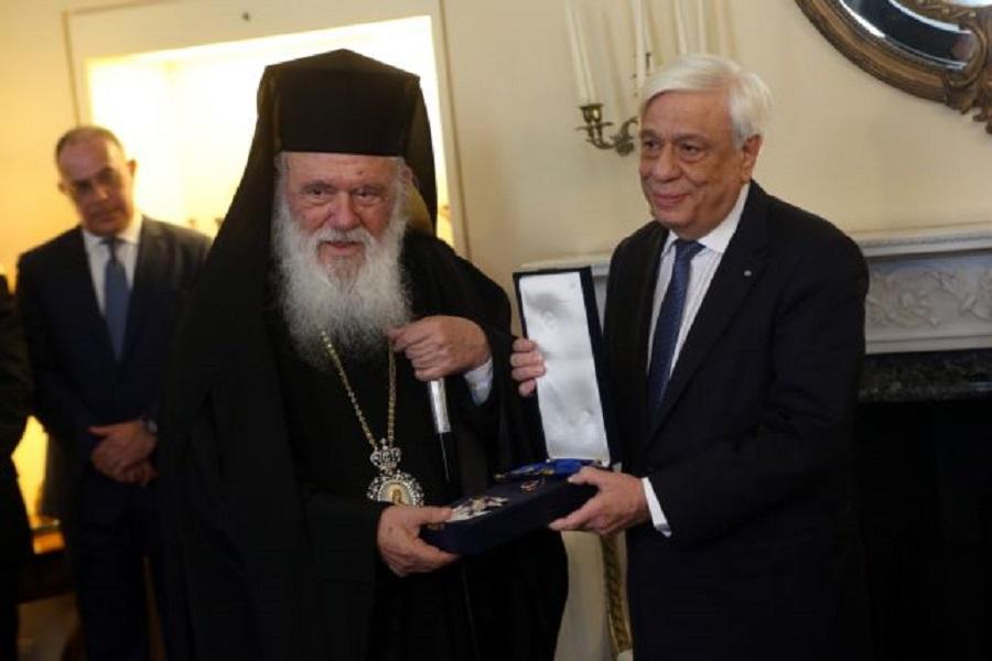 Παρασημοφόρηση αρχιεπισκόπου Ιερώνυμου από τον Πρόεδρο της Δημοκρατίας με τον «Μεγαλόσταυρο του Τάγματος της Τιμής»