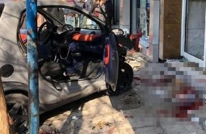 Αυτοκίνητο καρφώθηκε σε πολυκατοικία στην Ακαδημία Πλάτωνος — Δύο τραυματίες