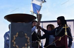 14ος Διεθνής Μαραθώνιος «Μέγας Αλέξανδρος»: Με τον πυρρίχιο χορό υποδέχθηκαν την Αλεξάνδρειο Φλόγα στη Θεσσαλονίκη — Με δάκρυα στα μάτια άναψε το βωμό η Βούλα Πατουλίδου (φωτο, βίντεο)