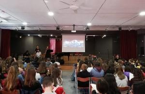 Μέλη της ΕΠΟΝΑ μίλησαν για τη Γενοκτονία των Ελλήνων του Πόντου στο Μουσικό Γυμνάσιο Πειραιά
